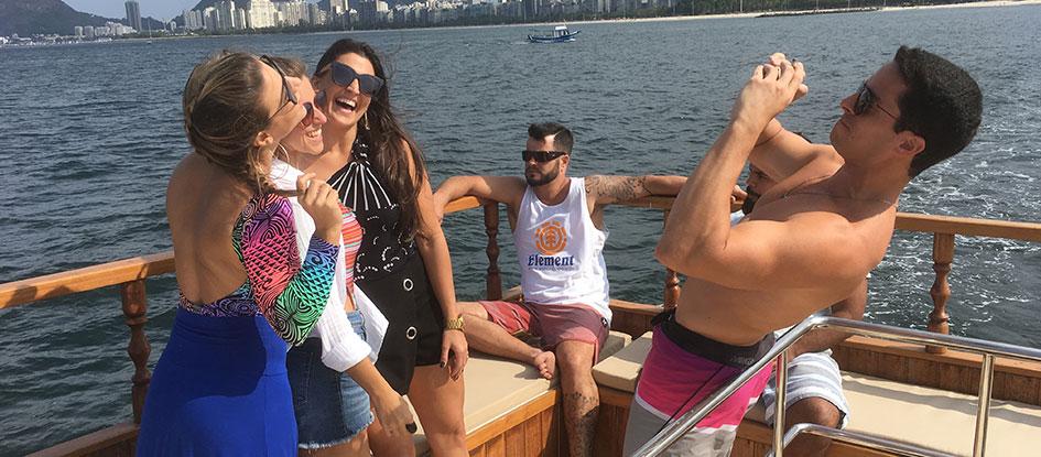 Passeio de barco com os amigos